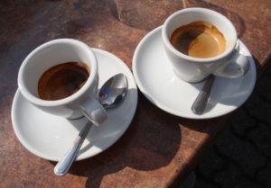 zwei volle Espresso-Tassen